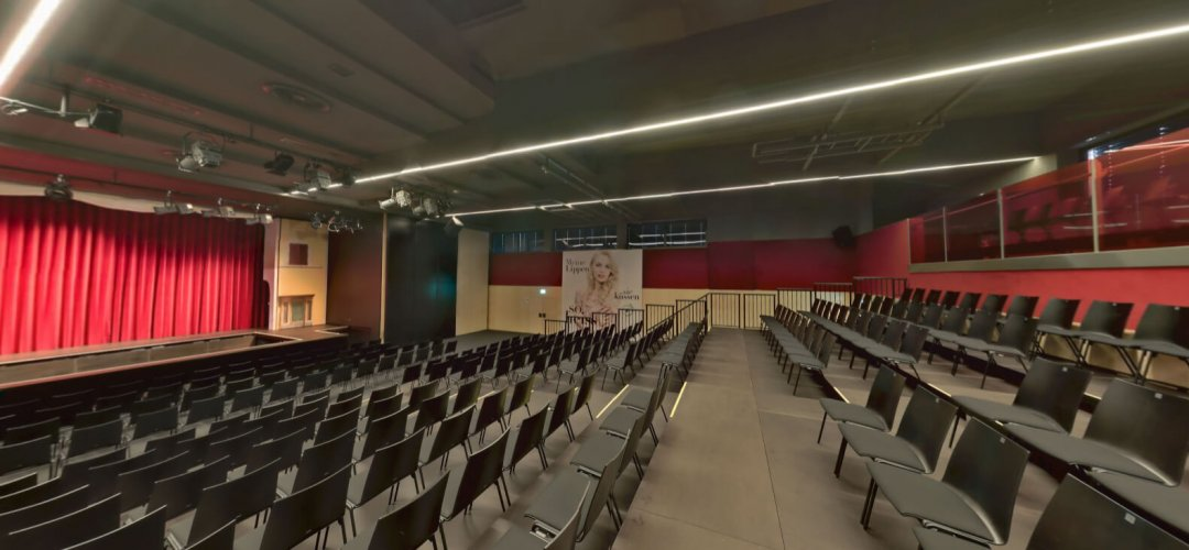 Sporthalle (Zuschauerraum) – Theaterbestuhlung