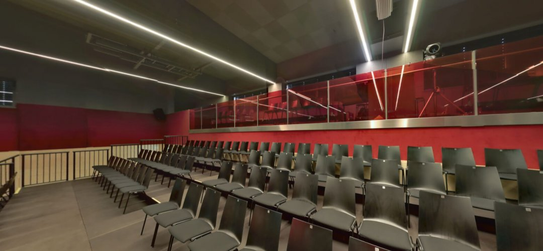Sporthalle (Zuschauerraum) – Blick auf Galerie